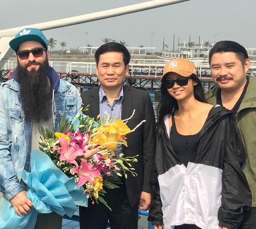 Đại diện Sở Du lịch Quảng Ninh tặng hoa đạo diễn bộ phim Kong và các thành viên trong đoàn