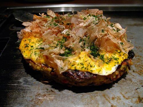 Cá ngừ khô katsuobushi được bào mỏng để rắc lên trên bánh xèo o