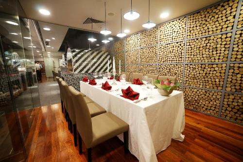 Nhà hàng sang trọng, đẳng cấp với hệ thống phòng VIP riêng tư sẽ đáp ứng nhu cầu tiếp khách hay tổ chức tiệc chiêu đãi của thực khách