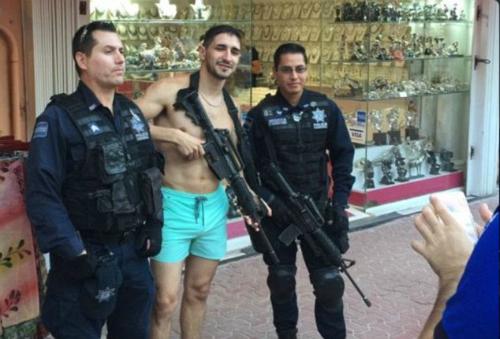 Cảnh sát Mexico gây phẫn nộ vì để du khách cầm súng chụp ảnh