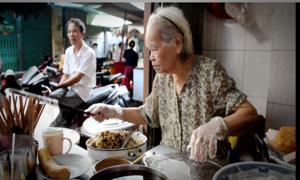 Bà cụ 85 tuổi bán bánh cuốn 40 năm ở Sài Gòn