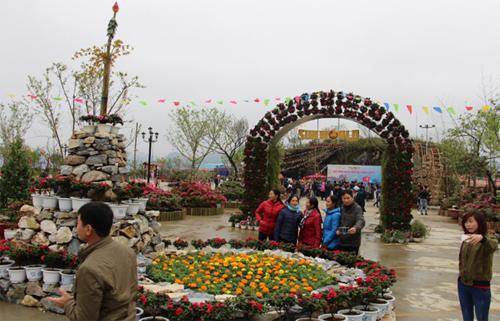 Ga đi cáp treo Fansipan Sa Pa, cổng chào và khu vực bãi xe của khu du lịch Fansipan Legend trở thành không gian văn hóa Tây Bắc với sân khấu truyền thống rực sắc hoa và các khu vực tiểu cảnh đỗ quyên được thiết kế vừa rộn ràng màu sắc lại vừa lãng mạn hệt như cái không gian bảng lảng sương mù ở nơi này.