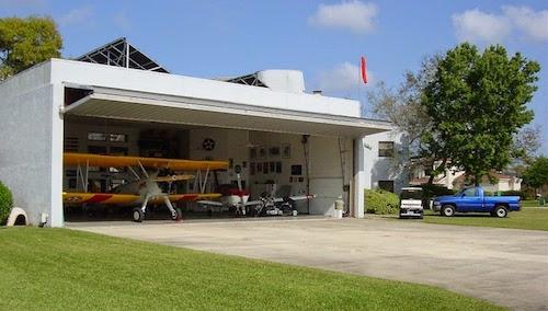 Thay vì có garage ô tô, người dân sử dụng nhà chứa máy bay. Ảnh: Flickr.