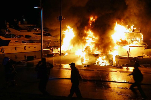 Ngọn lửa dữ dội thiêu trụi 3 du thuyền, và giết chết một người đàn ông trên đó. Ảnh: Mirror.