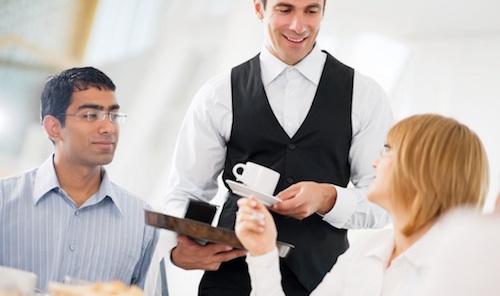 Nụ cười luôn nở trên môi nhân viên phục vụ. Ảnh: hotelinfo24.