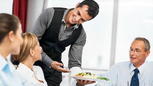 Trải nghiệm tồi tệ của nhân viên nhà hàng khi phục vụ khách