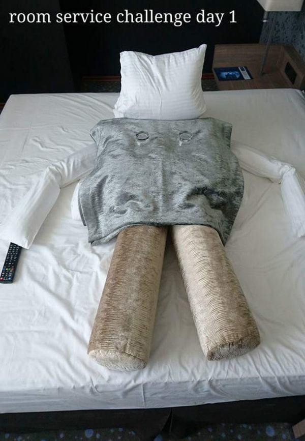 Cuộc trò chuyện bằng chăn gối của khách thuê và cô hầu phòng