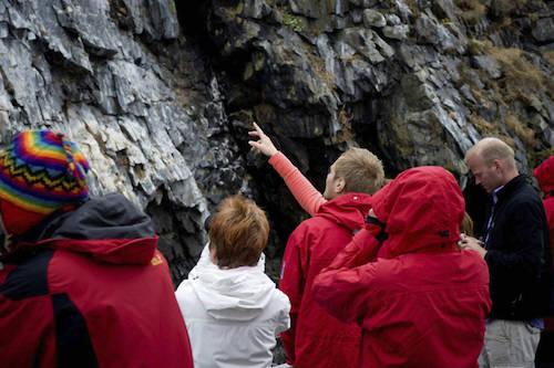 Hướng dẫn viên luôn phải làm mọi thứ để chiều lòng du khách. Ảnh: Iceland Travel.