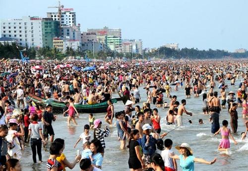 Các bãi biển khắp cả nước đồng loạt 'thất thủ' dịp nghỉ lễ