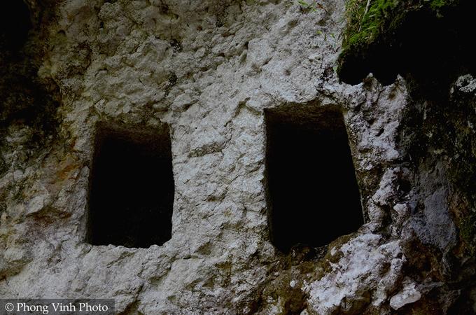 Bên trong ngôi làng mai táng người chết trên vách đá