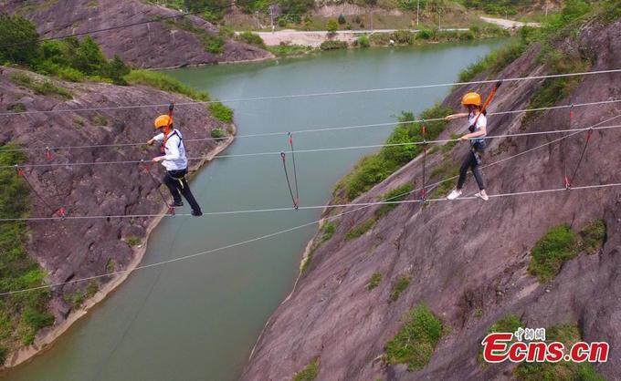 Con đường tạo nên từ một sợi dây ở Trung Quốc