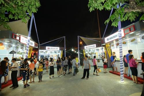 Lấy cảm hứng từ chủ đề Tỏa sáng Ngũ hành sơn, 6.000m2 của Không gian ẩm thực Ngũ hành được thiết kế thành 5 khu riêng biệt theo chủ đề: Kim, Mộc, Thủy, Hỏa, Thổ với lối trang trí, sắp đặt đặc trưng và khả năng phục vụ cùng lúc tới 4.000 khách.  Thực khách có thể lựa chọn bàn ăn trong khuôn viên các nhà hàng thuộc công viên Sun World Danang Wonders (Asia Park) hoặc ngồi ăn ngoài trời. Trong không gian thoáng đãng, những gian hàng sạch đẹp với thiết kế bạt màu lạ mắt nâng tầm những món ăn.