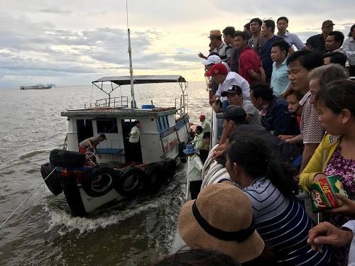Hơn 300 khách hoảng loạn trên tàu gặp sự cố khi ra biển Phú Quốc
