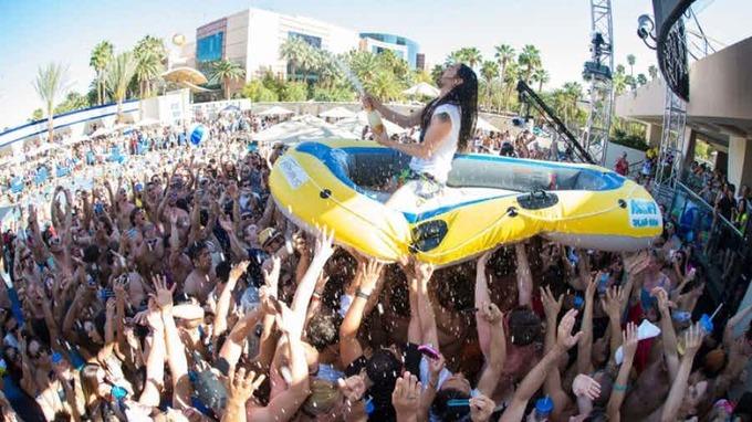 Những bữa tiệc bể bơi sexy và hút khách nhất thế giới