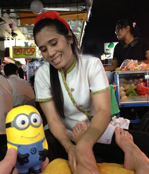 Cô gái đưa Minion đi ăn ngon, chơi vui khắp Bangkok