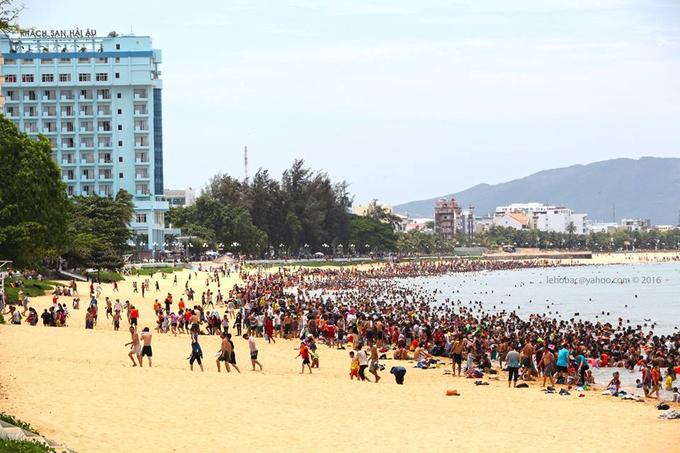 12h trưa hàng nghìn người tắm biển giải xui ở Quy Nhơn - Ảnh minh hoạ 3