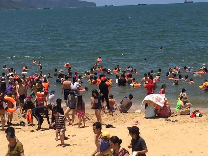 12h trưa hàng nghìn người tắm biển giải xui ở Quy Nhơn - Ảnh minh hoạ 6