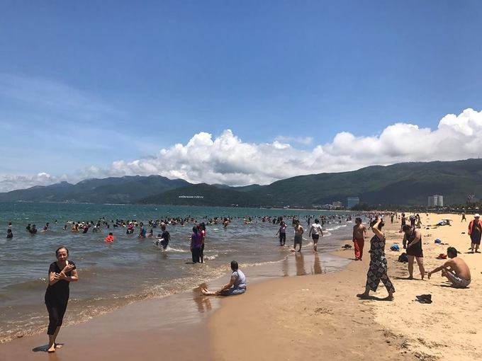 12h trưa hàng nghìn người tắm biển giải xui ở Quy Nhơn - Ảnh minh hoạ 7
