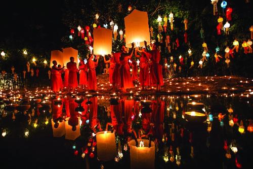 Lễ hội Loy Krathong độc đáo với hàng chục nghìn chiếc đèn lồng thả lên trời khiến bầu trời đêm.