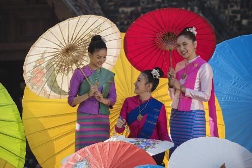 Những chiếc ô làm từ nguyên liệu thiên nhiên và thủ công tỉ mỉ, trang trí với nhiều màu sắc bắt mắt.