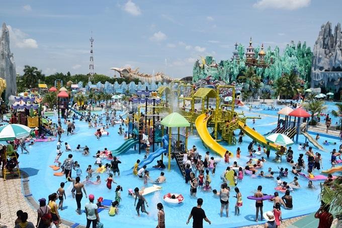 Trẻ em Sài Gòn đổ xô đi chơi công viên bất chấp nắng nóng