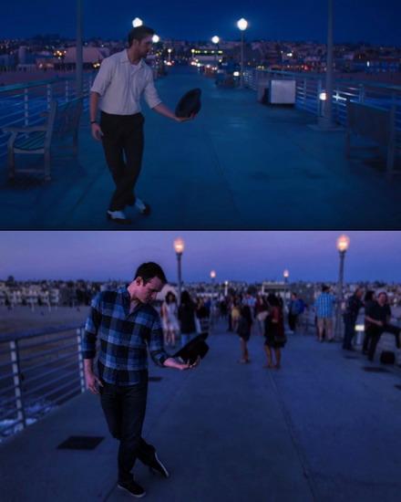 La La Land khiến lượng du khách tới Los Angeles mỗi lúc một tăng lên. Trong ảnh là Ryan Gosling lúc đang hát City of Stars trong phim ở cầu cảng Hermosa và ở dưới là một du khách nam cố bắt chước động tác của tài tử.