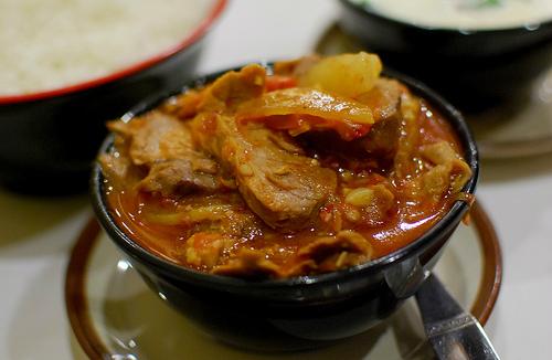 Phaksha Paa: Món này làm từ thịt lợn nấu với ớt đỏ. Ngoài ra, món ăn có thêm cả củ cải trắng và cải bó xôi. Thịt lợn được thái mỏng xào sơ với ớt đỏ khô để cả quả cùng một số loại rau củ. Món ăn này rất hợp khi ăn cùng cơm hay các món làm từ phomat.