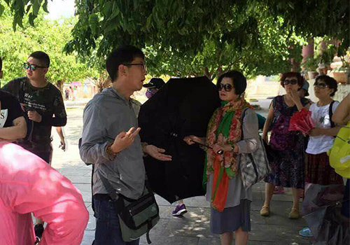 Một hướng dẫn viên Trung Quốc xuyên tạc lịch sử Việt Nam khi dẫn đoàn khách Trung Quốc thăm chùa Linh Ứng. Ảnh: Hướng dẫn viên du lịch tiếng Trung cung cấp.