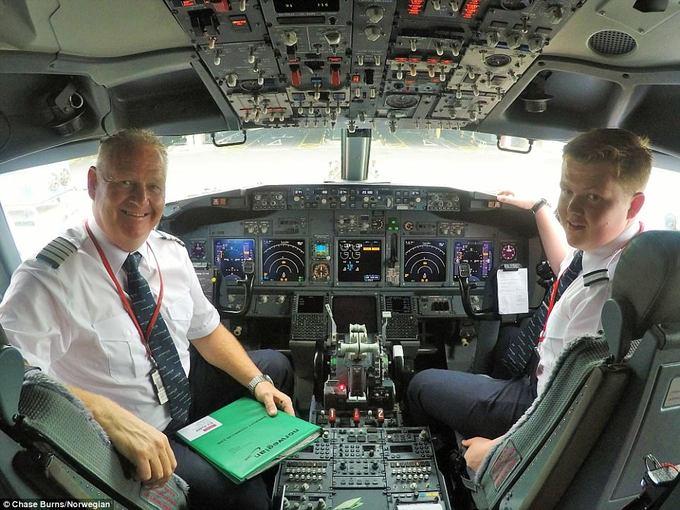 Niềm tự hào của cơ trưởng khi bay cùng con trai là cơ phó