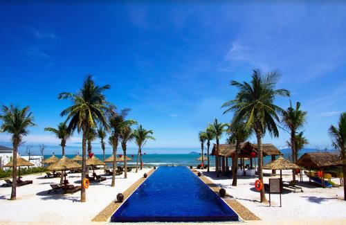 Tọa lạc bên bãi biển nổi tiếng Cửa Đại, khu nghỉ dưỡng Sunrise Premium Resort & Spa, Hội An là khu nghỉ dưỡng Tầm nhìn ôm trọn đảo Cù Lao Chàm từ khu nghỉ dưỡng. Sau những lịch trình họat động và học tập liên tục, Á hậu Thùy đã lựa chọn ghé thăm khu nghỉ dưỡng Sunrise Premium Resort & Spa, Hội An để tận hưởng trọn vẹn những giây phút thư giãn và trải nghiệm tiện nghi đẳng cấp trong số phát sóng mới đây của VTVTrip  Du lịch cùng VTV.