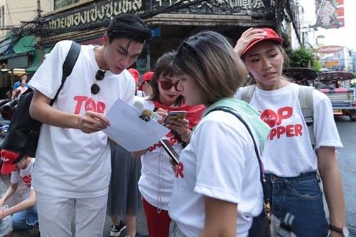 Người mẫu Quang Đại (trái) cùng các thành viên tham gia