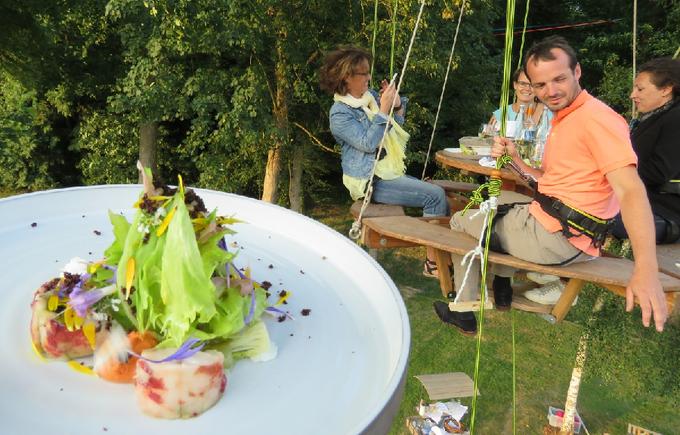 Nhà hàng 'chân không chạm đất' hút khách tại Pháp