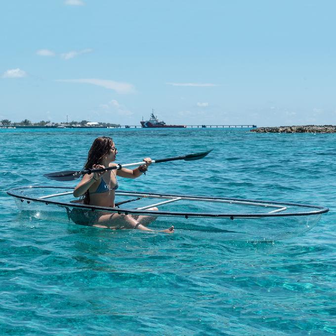 Một số khách sạn như Spa Retreat Boutique Hotel ở Negril, Jamaica hay tại Las Vegas, Mỹ đã hợp tác để triển khai dịch vụ cho thuê thuyền kayak trong suốt. Ảnh: touchofmodern.