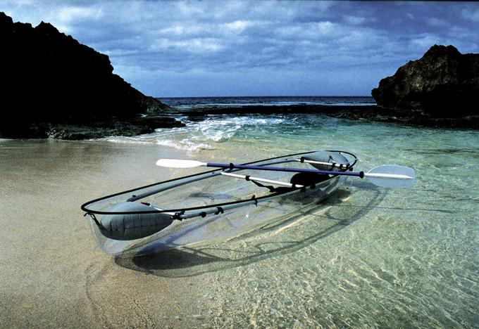 Brian cũng cho biết thêm chính bởi có rất nhiều khách du lịch tới những bãi biển đẹp ở Florida hay Bahamas chỉ nằm dài để phơi nắng, nên công ty của họ đã có ý tưởng sáng chế ra những chiếc thuyền trong suốt lướt nhẹ trên mặt nước. Ảnh: huffingtonpost.