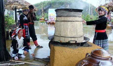 Ngay tại lễ hội, Khu du lịch Sun World Fansipan Legend còn bố trí năm bếp nấu rượu để tái hiện quy trình chế biến các loại rượu truyền thống của đồng bào dân tộc Tày, Dáy, Xa Phó, HMông, Dao đỏ.