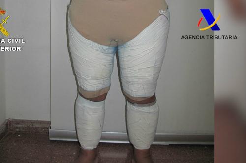 Khách nữ quấn 2 kg ma túy quanh người để giả béo