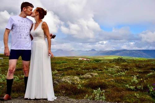 Bí mật phía sau chiếc áo phông du khách mặc vào ngày cưới