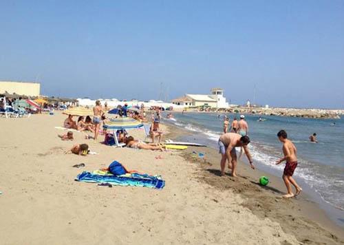 Kẻ biến thái bị bắt vì chụp ảnh khách nhí nude tắm biển