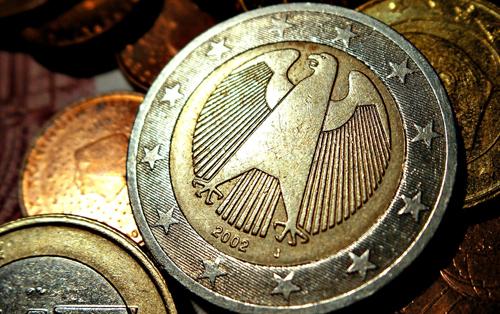 Đức  Các cán bộ và chuyên gia Đức trong lĩnh vực tiền đúc đã chọn ra ba thiết kế khác nhau cho đồng tiền xu euro của họ. Các đồng xu 1¬ và 2¬ mang biểu tượng truyền thống về quyền độc lập tối cao của Đức, đại bàng, được bao quanh bởi các ngôi sao trên lá cờ chung của Liên minh châu Âu. Mô típ này được thiết kế bởi Heinz và Sneschana Russewa-Hoyer. Kí tự viền của đồng xu 2¬ là EINIGKEIT UND RECHT UND FREIHEIT (Thống nhất và Công lý và Tự do) và biểu tượng quốc gia, chim Đại bàng Liên bang.