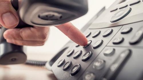 Điện thoại  Theo các cuộc điều tra tại 5 trong số các chuỗi khách sạn hàng đầu hiện nay, điện thoại trong phòng có rất nhiều vi khuẩn. Lý do là hầu như ai cũng chạm vào chúng rất nhiều, và khi sử dụng lại hít vào các vi trùng lây bệnh. Và đây cũng là một mục trong những thứ thường xuyên bị nhân viên vệ sinh lãng quên. Nếu bạn đang cố gắng để tránh cảm lạnh và cúm, hãy mang theo khăn khử trùng để lau điện thoại trước khi sử dụng.