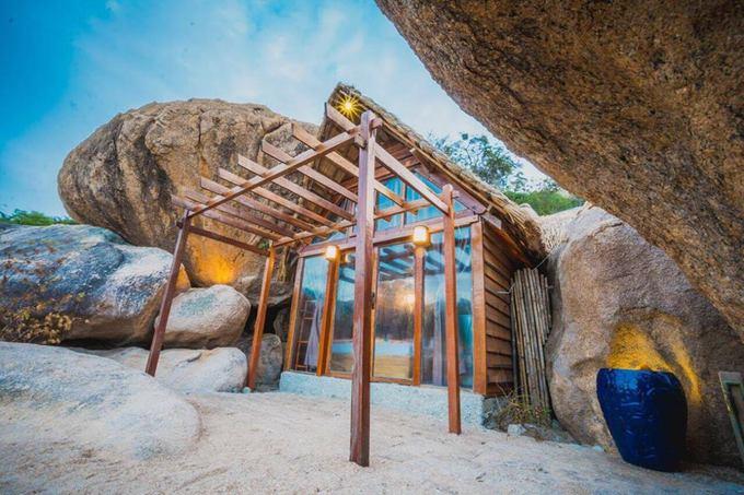 Lều tổ chim và nhà hang đá bên bờ vịnh Cam Ranh