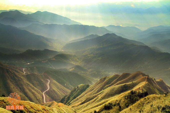 Bình Liêu, Quảng Ninh  Cách Hà Nội khoảng 270 km, Bình Liêu là vùng núi đồi núi có khí hậu quanh năm ôn hòa, cảnh sắc thiên nhiên tươi đẹp. Bạn có thể chạy xe máy hoặc đi xe khách từ Hà Nội. Du khách có thể đi xe khách đến Bình Liêu rồi thuê xe máy của người bản địa để đi sâu vào phía đồi. Ảnh: Baka.