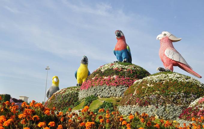 Du khách sẽ tìm thấy những thiết kế đầy sáng tạo trong khắp khu vườn, từ bình tưới nước khổng lồ đang đổ ra hàng trăm bông hoa và cả bản sao của toà nhà Burj Khalifa, tạo nên một thấu kính vạn hoa đầy màu sắc. Ảnh: Minh An.