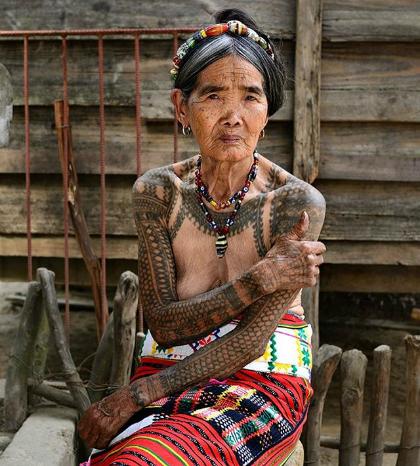 nu-nghe-nhan-100-tuoi-xam-hinh-bang-tay-o-philippines-1