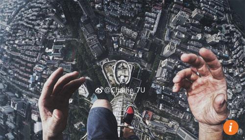 4-du-khach-trung-quoc-selfie-tren-dinh-toa-nha-450-m-1