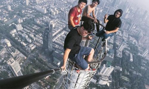 4-du-khach-trung-quoc-selfie-tren-dinh-toa-nha-450-m