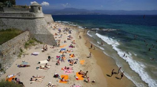Nhiều bãi biển ở Corsica rất hút khách. Ảnh: BBC.