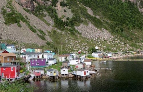 [Caption]Du khách khi đến thị trấn Francois, thuộc tỉnh Newfoundland and Labrador, Canada thường gọi vui rằng đây là nơi người dân sướng nhất thế giới khi họ có thể xây nhà ở bất kỳ nơi đâu mình muốn mà không tốn một đồng để mua đất. Việc duy nhất của mọi người là chọn địa điểm, dù to đến đâu cũng được miễn là bạn đủ tiền để xây nhà và dọn đồ đến ở.