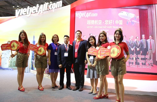 Nhiều khách tham quan ghé thăm và tìm hiểu các dịch vụ của Vietjet.