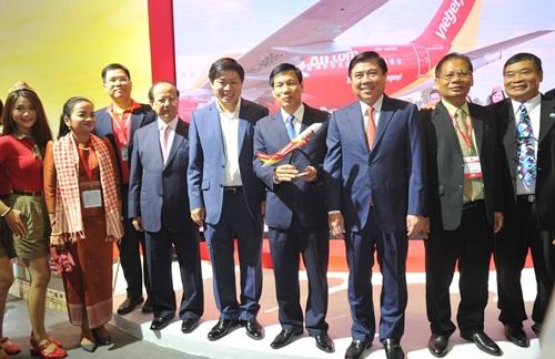 Bộ trưởng bộ Văn hóa, Thể thao và Du lịch Nguyễn Ngọc Thiện; Chủ tịch UBND TP.HCM Nguyễn Thành Phong cùng các lãnh đạo ghé thăm gian hàng Vietjet.
